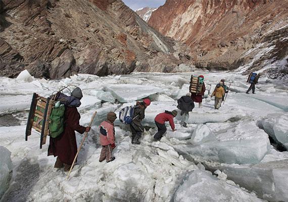 Bentlakásos iskolába vándorló gyerekek a Himalájánál.