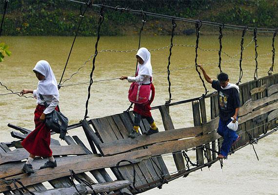Egy indonéz acélgyár szerencsére úgy döntött, hidat épít a gyerekek megsegítésére, így a jövőben nem kell a kötélhídon közlekedniük.