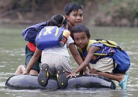 Ez sem egy túl biztonságos módja a vízi közlekedésnek. Fülöp-szigeteki gyerekek igyekeznek az iskolába.