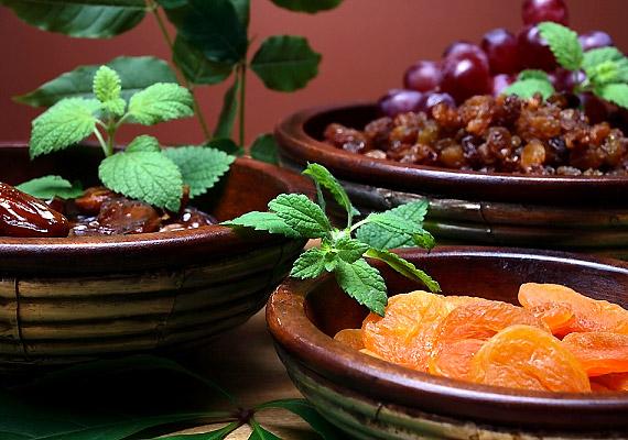 Az oldható rostokban gazdag aszalt gyümölcsök kálium-, vitamin-, bioaktívfenol- és ásványianyag-tartalmuk miatt márciusban is kedvenc csemegéitek közé tartozhatnak.