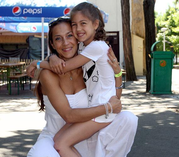 Fésűs Nelly lánya, Csenge már kilencéves. A csöppnyi szépség nagyon hasonlít híres mamájára.