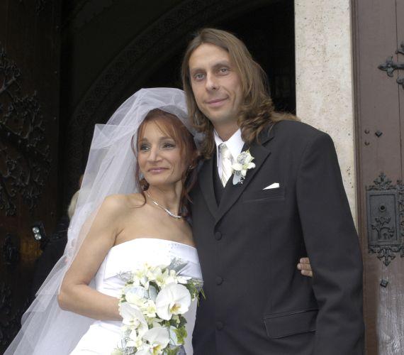 Bombaként robbant a hír, hogy Keresztes Ildikó és az Edda basszusgitárosa, Kicska László 25 év együttélés után elválik. A pár 2007-ben mondta ki a boldogító igent, miután az énekesnő a házasságra érettnek érezte magát. A válást 2012 nyarán mondták ki.