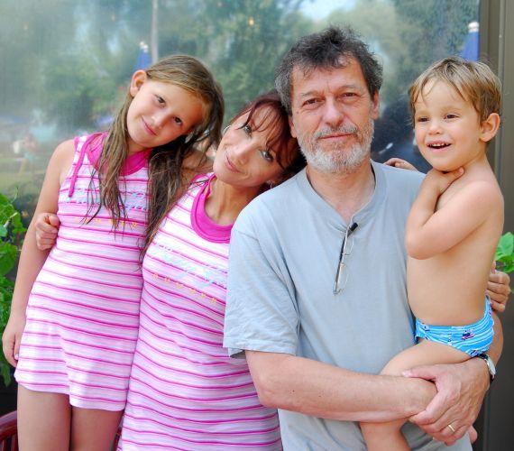 Xantus Barbara és Szurdi Miklós húsz év együttélés és két gyermek után beadta a válókeresetet júliusban. Még a legendás Família Kft. forgatásán szerettek egymásba, ám gondjaikra már nem találtak megoldást.