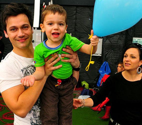 A rádiós Kovács Áron egy tündéri kisfiú apukája, épp gyerkőce miatt próbálja rendbe hozni elhidegült kapcsolatát nejével.