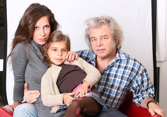 Somló Tamás és párja 20 év után döntöttek a különélés mellett. Gyöngyvért máris egy új férfi társaságában fotózták le a Balaton partján. Az énekes elárulta, miért nem lepődött meg a felvételeken.