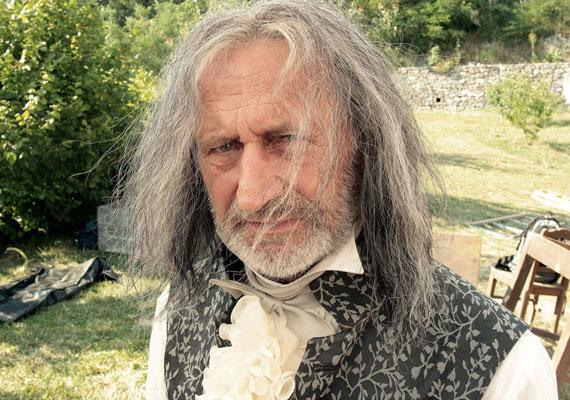 Reviczky Gáborra alig lehet ráismerni a Kossuthkifli című tévésorozatban, melyet Rudolf Péter rendez. A hatrészes, epizódonként 52 perces széria 2014-ben kerül majd képernyőre.