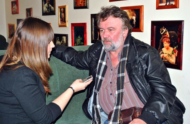 Csuja Imre ugyanolyan hitelesen és szórakoztatóan alakítja új szerepét, Jont a Thália Színház Csónak című darabjában, mint az Üvegtigris filmek Csokijának karakterét.