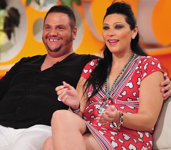 A népszerű énekes, Emilio álomesküvőjéről mutatott exkluzív felvételeket, a sikeres előadó szerelmét, Bangó Margit unokáját, Tinát vezette oltár elé.