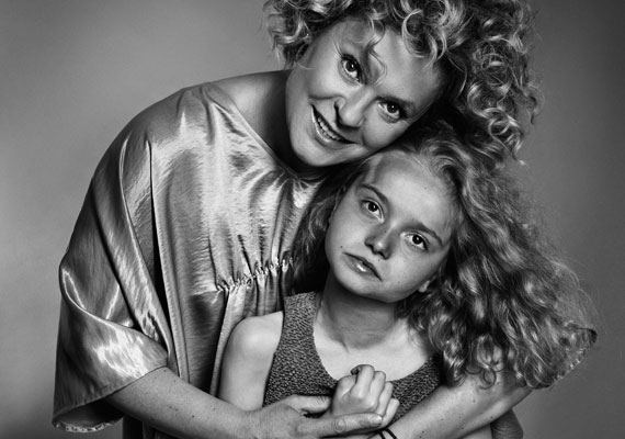 Hegyi Barbara színész kollégáival rendhagyó fotókhoz állt modellt Rett-szindrómás kislányokkal.
