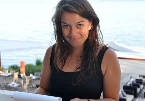 Rátonyi Krisztina a köztévé egyik legcsinosabb és legfiatalabb műsorvezetője. A 22 éves barna szépség az M1 Balatoni nyár című műsorának felvétele előtt smink nélkül is megmutatta arcát.