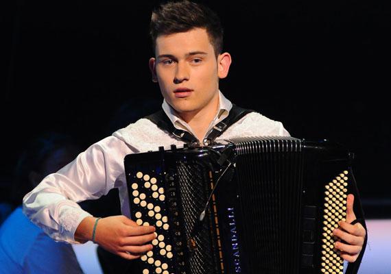 Szabó Ádám, a Csillag Születik egykori harmonikása, aki az X-Faktorban a múlt hétvégén énekesként is sikert aratott, szakított párjával, Nikivel.