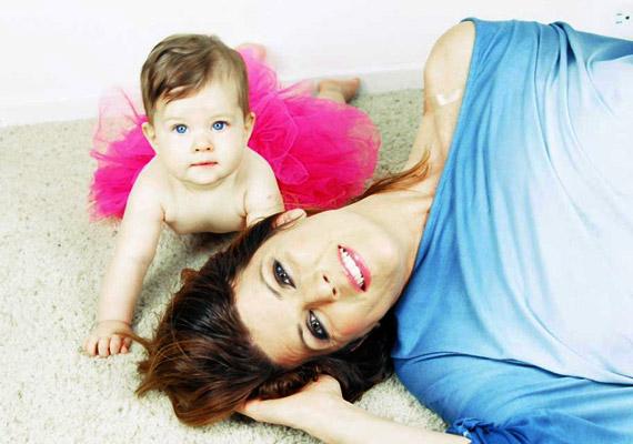 Jaksity Kata, az ATV híradósa 2014 júliusában két fia - Ábel és Bende - után, 42 évesen egy szépséges kislánynak, Jázminnak adott életet.