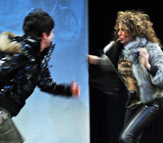 Az előadás során verekedésig fajul a helyzet Jon második feleségével.