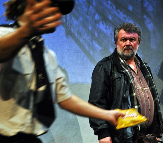 Csuja Imre formálja meg a Csónak főhősét, Jont, akinek karaktere és tettei részben Noé bárkájának történetén alapulnak.