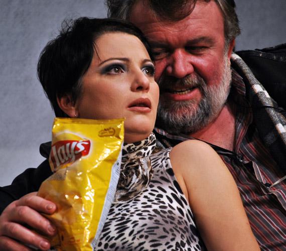 Jon új feleségét a darabban Pap Lujza alakítja.