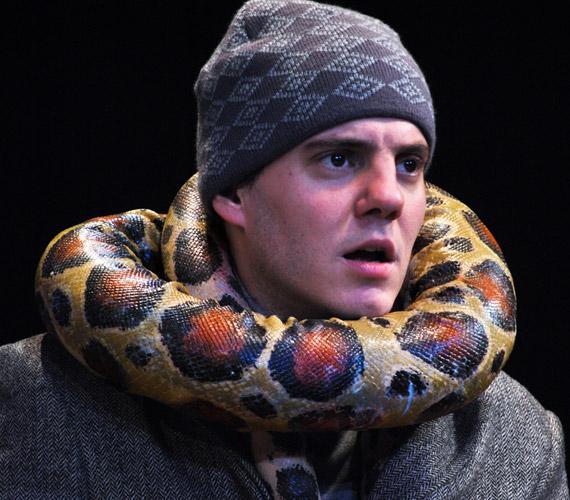 Nagy Péter a Hivatalnok szerepében kígyóját is meg szeretné menteni az özönvíz elől.