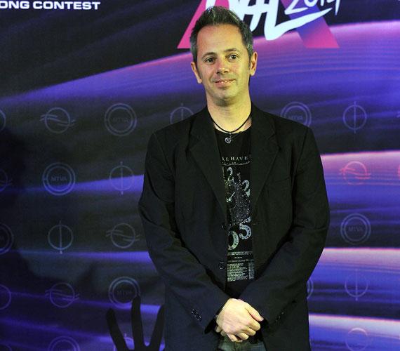 Oláh Ibolyához hasonlóan ugyancsak a 2003-ban indult első Megasztárban tűnt fel Szabó Leslie is, aki szintén zeneszerzője, szövegírója és előadója a Hogyan segíthetnék? című számnak.