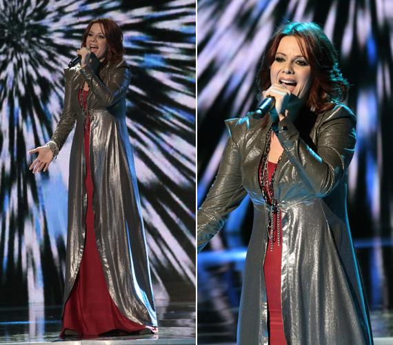 Polyák Lilla egy alakját vékonyító, bordó ruhába bújt, amelyet csillogó palást fedett.