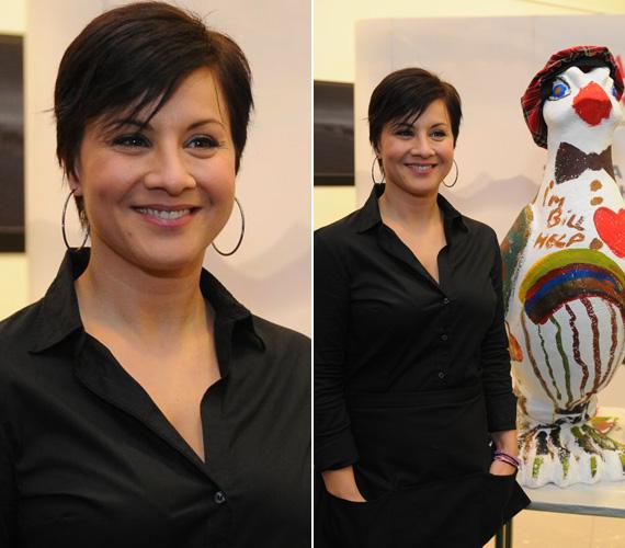 Ábel Anita tetőtől talpig feketében jelent meg a jótékony cálú madárfestésre. Új frizurája egy fekete, rövid, tépett fazon.