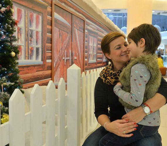 Ábel Anita és a hatéves Luca, aki nagyon szereti a karácsonyt, édesanyjával már közösen elkezdték ünnepi díszbe öltöztetni az otthonukat is.