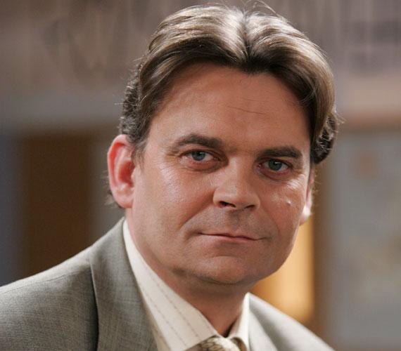 Maga R. Kárpáti Péter is megdöbbent, amikor megtudta, hogy karakterét 2012-ben véglegesen kiírják a sorozatból. Berényi András lezuhant egy tetőről és életét vesztette.