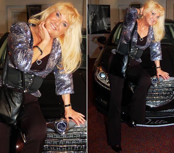 Karda Bea sem úgy néz ki 62 évesen, mint egy ebben a korban lévő, tipikus nagymama. Az énekesnő ezüst flitteres felsőjében szívesen pózolt a fotósoknak.