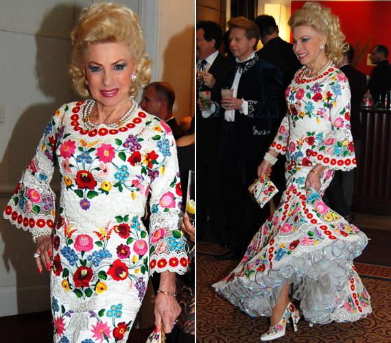 Medveczky Ilona 2013. március 4-én lesz 72 éves, mégis fiatalos frissességgel libbent be a Story-gálára, ebben a kalocsai mintákkal díszített, sellőfazonú ruhában. Még a cipőjét és a táskáját ezek a híres magyar motívumokkal díszítették.