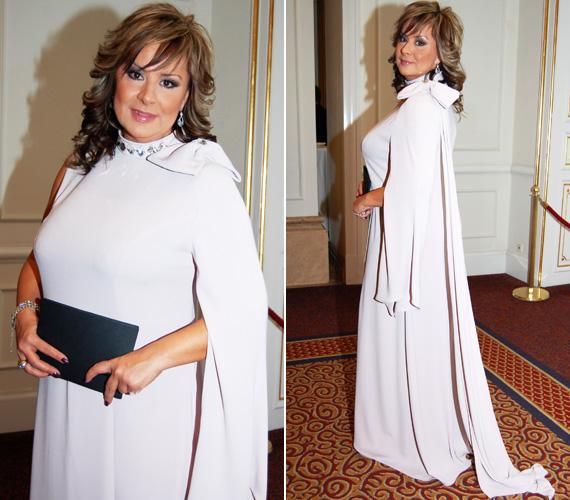 Szulák Andrea, az díjátadó moderátora fejedelmien festett Lacca kreációjában. A népszerű énekesnő, aki idén februárban lesz 49 éves, elegáns jelenség volt a nude színű, masnis estélyiben.