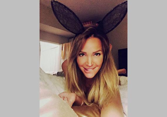 Zimány Linda egy nyuszilányhoz híven húsvétkor tette ki a Facebookra ezt az ágyban fotózott dögös képet.