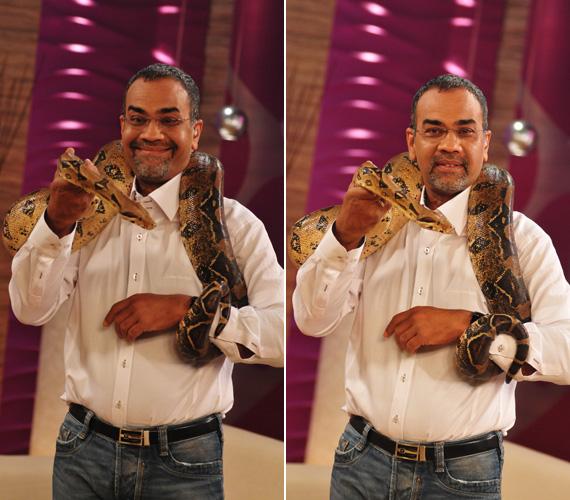 Joshi Bharat igyekezett jó képet vágni, ám arckifejezésén látszott, hogy kissé zavarja az egyre jobban rátekeredő kígyó.