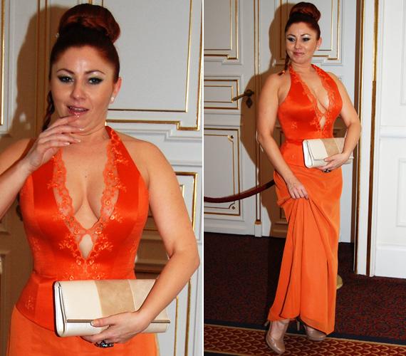Gyebnár Csekka, a Barátok közt színésznője Halász Éva narancsszínű, mélyen dekoltált kreációjában keltett feltűnést.