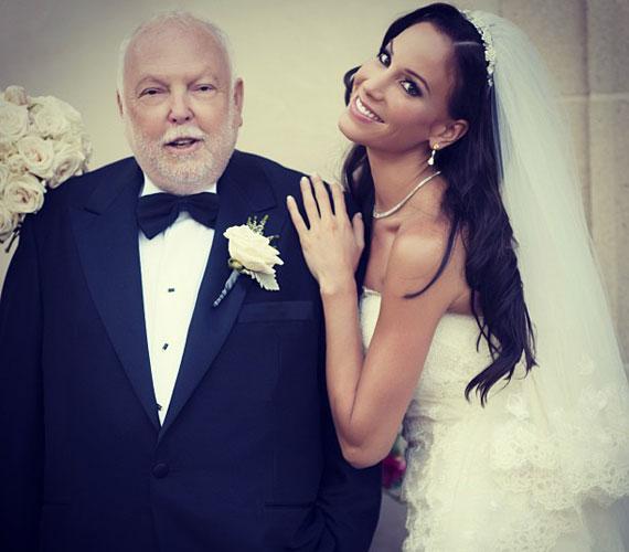 A menyasszony és a vőlegény is a klasszikusok mellett döntött: az előbbi egy csipkével díszített, törtfehér ruhát, utóbbi fekete-fehér öltönyt viselt.