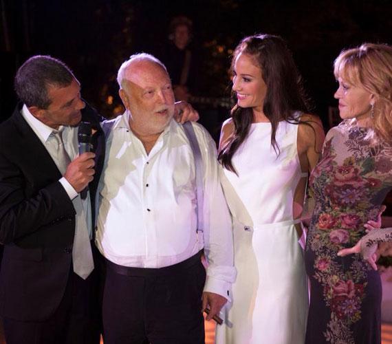 Amikor a sztárvendégek, köztük a házigazda, Antonio Banderas és felesége, Melanie Griffith gratulációját fogadták, az újdonsült feleség már egy szexi, testhezálló, fehér ruhát viselt.