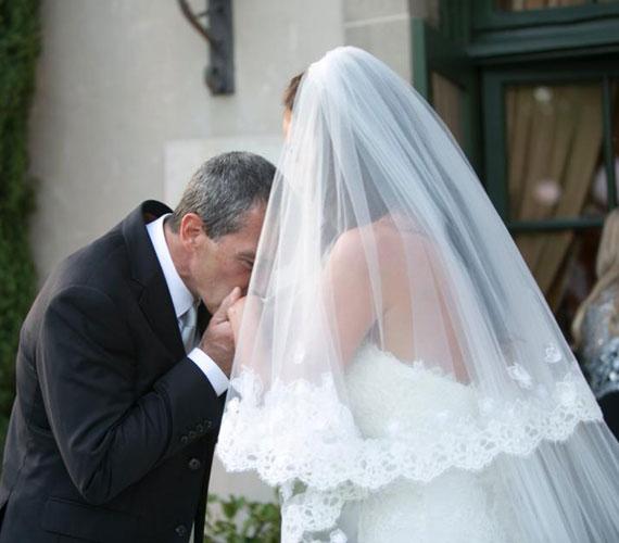 A pár Antonio Banderas amerikai birtokán mondta ki a boldogító igent - a menyasszonyt Antonio Banderas kézcsókkal köszöntötte.