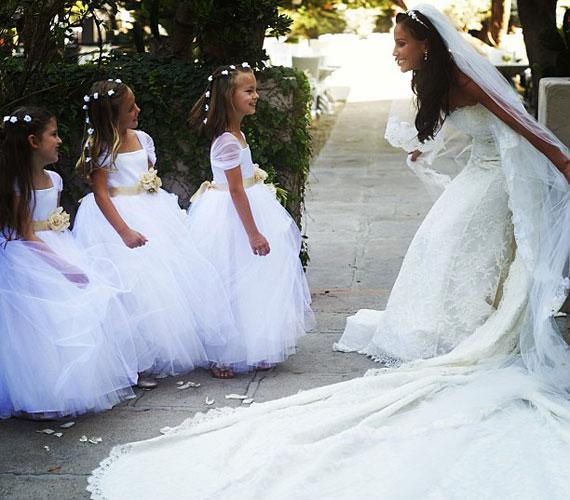 A ruhát a közel tíz méter hosszú, ugyancsak csipkével díszített fátyol tette különlegessé.