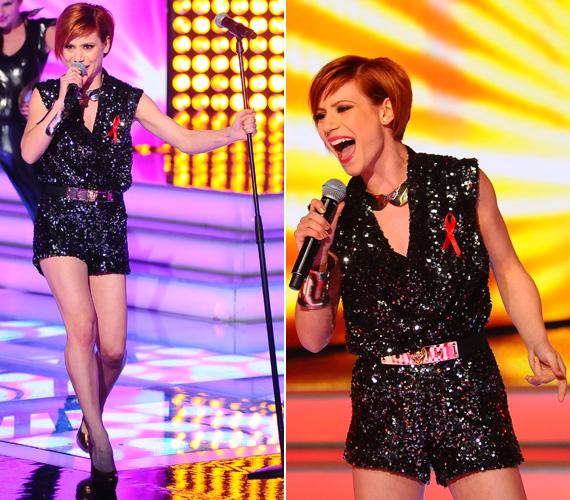 Az énekes lány alakját az X-Faktor műsorában is igyekeznek hangsúlyozni, ebben a rövid overallban forró pillanatokat okozott.