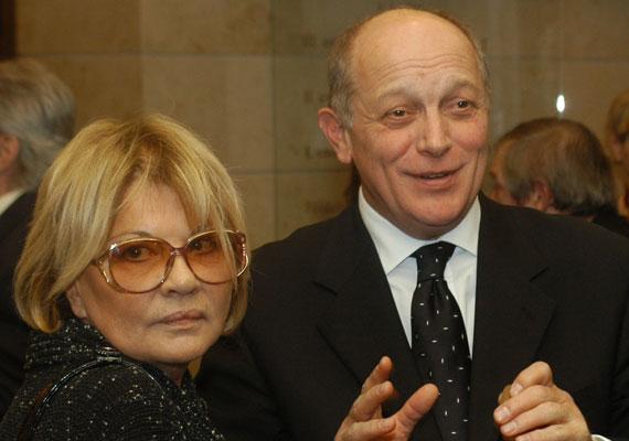 Almási Éva és Balázsovits Lajos már 48 éve élnek boldog házasságban. Amikor megismerkedtek, Almási ünnepelt színésznő és Vámos Lászlónak, Madách Kamara főrendezőjének a felesége volt, Balázsovits pedig kezdő színész, de szerelmük minden akadályt legyőzött.