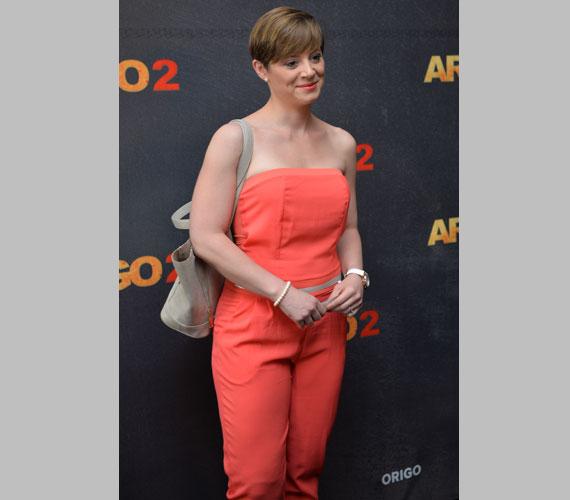 Szinetár Dóra az idén még mindig nagy divatslágernek számító overallban jelent meg, amelynek narancsos-pirosos színével a sminkjét is összehangolta.