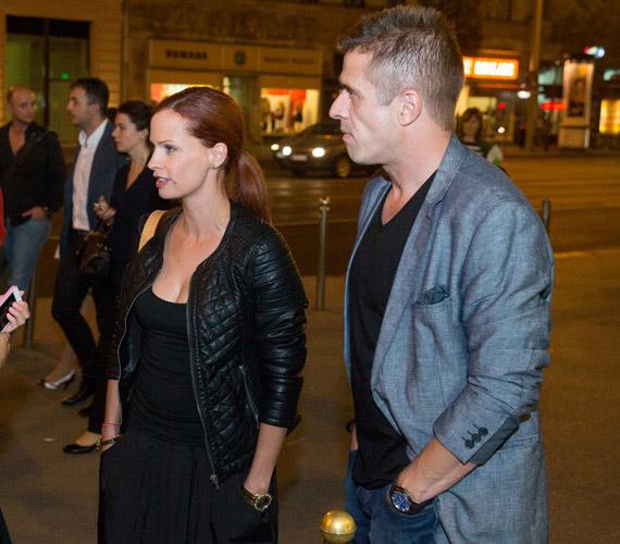 Dobó Kata párjával, Gulyás Leventével érkezett. A színésznő a laza elegancia mellett döntött.