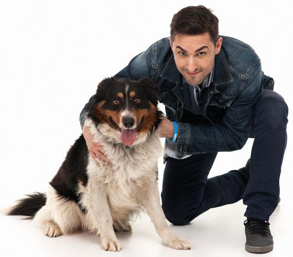 Angyal András, a Szombat esti láz profi táncosa mellett láthatóan még ennek a kutyus is mosolyra szaladt a szája.