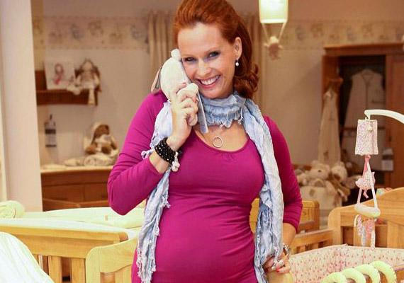 Dobó Kata 2012 februárjában adott életet gyermekének, Szofinak, kismamaként pedig még sugárzóbb volt, mint bármikor előtte.