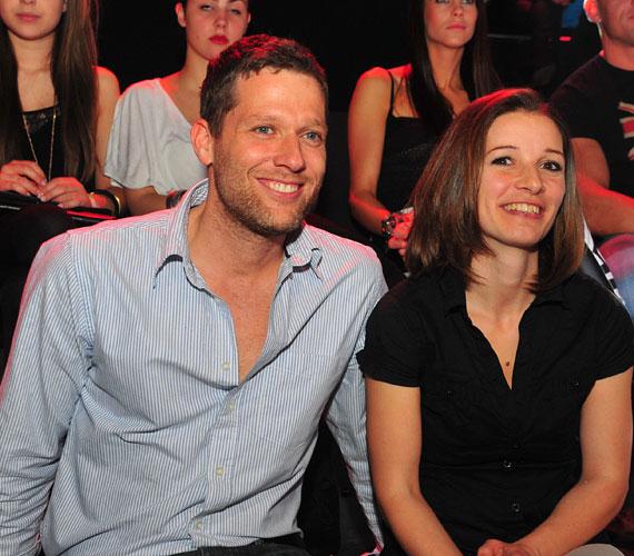 Váczi Gergő, a TV2 műsorvezetője feleségével nézte végig a műsort.