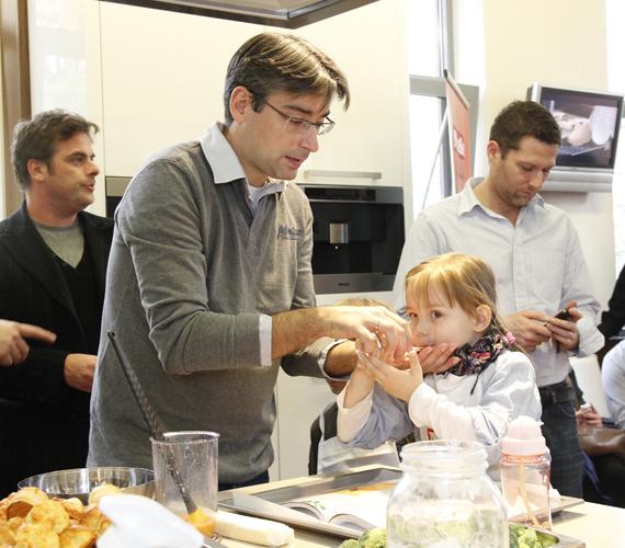 Apa és lánya együtt főztek az eseményen, amit csemete nagyon élvezett.