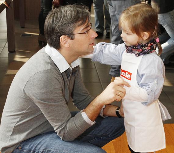 Azurák Csaba azonban nem tudott ellenállni kislánya bűbájának.