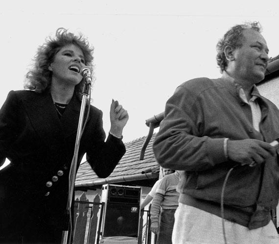 Balázs Klári 1980-ban a Halló, itt Korda György című balatoni ORI-turné vokáljában énekelt, itt ismerkedett meg Korda Györggyel.