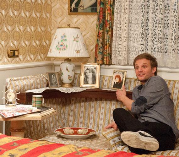 Puskás Peti kipróbálta a hálóban a kanapékat. Az ülőalkalmatosság sarokrészébe applikált asztalon az énekespár fiatalkori fotói díszelegtek a képkeretekben - ez nagyon tetszett neki.