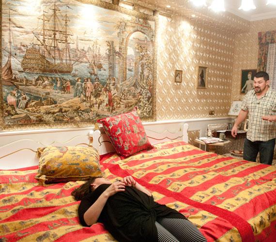 Az énekesnő Judy a hálószobában nem tudta elképzelni, mire a hatalmas ágy. Balázs Klári magyarázata szerint házasságuk kezdetén a férje éjszakánként a falba passzírozta, ezért lett később nagyon széles a nászágy.