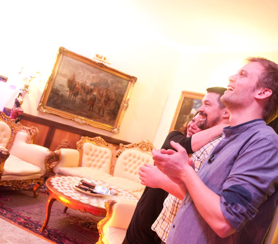 A nappaliban található aranyozott keretű, nagyméretű festmények és az ülősarok akár egy kastély berendezésének is beillene.