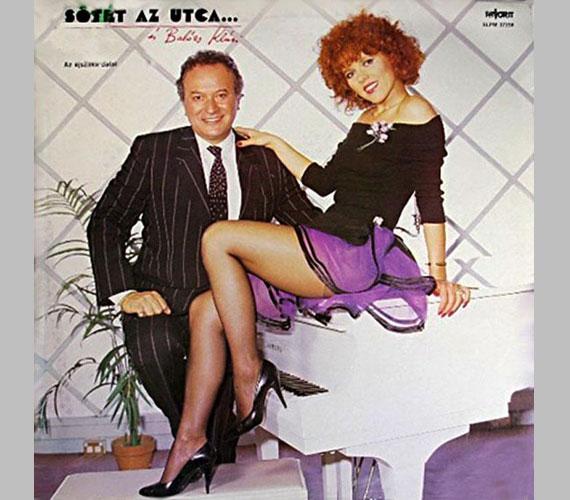 Balázs Klári és Korda György Sötét az utca című lemezének borítója 1989-ből. Az énekesnő visszafogott felsőt, ugyanakkor rövid szoknyát viselt.