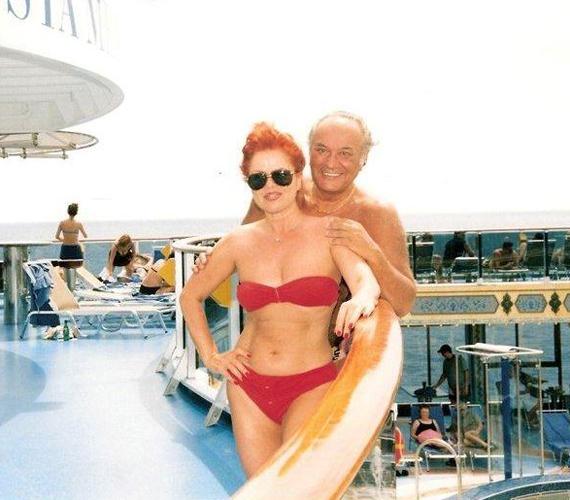 Bár Balázs Klárinak víziszonya van, egy Kajmán-szigeteken tett nyaralás során szívesen bújt bordó bikinibe, és túl az ötvenen is büszkén vállalta irigylésre méltó idomait.